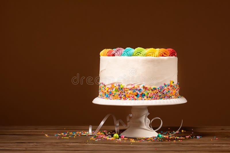 Födelsedagkaka med regnbågeisläggning royaltyfri bild