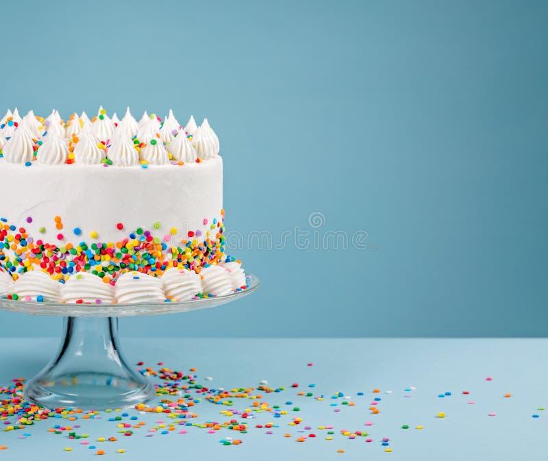 Födelsedagkaka med stänk över blått royaltyfri bild