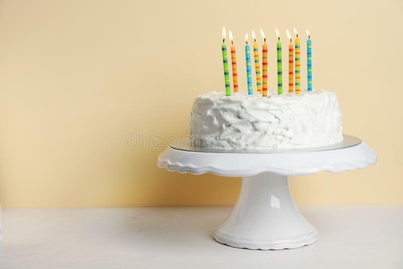 Födelsedagkaka med stearinljus på tabellen royaltyfri bild