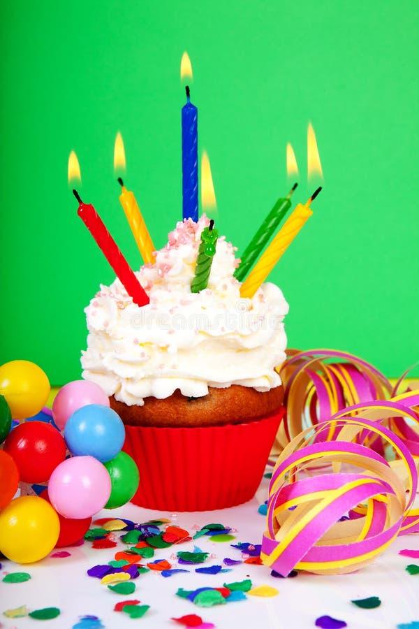 Födelsedagmuffin med raddastearinljus royaltyfria bilder