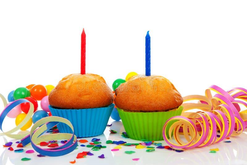 Födelsedagmuffiner med stearinljusbanderoller royaltyfria foton