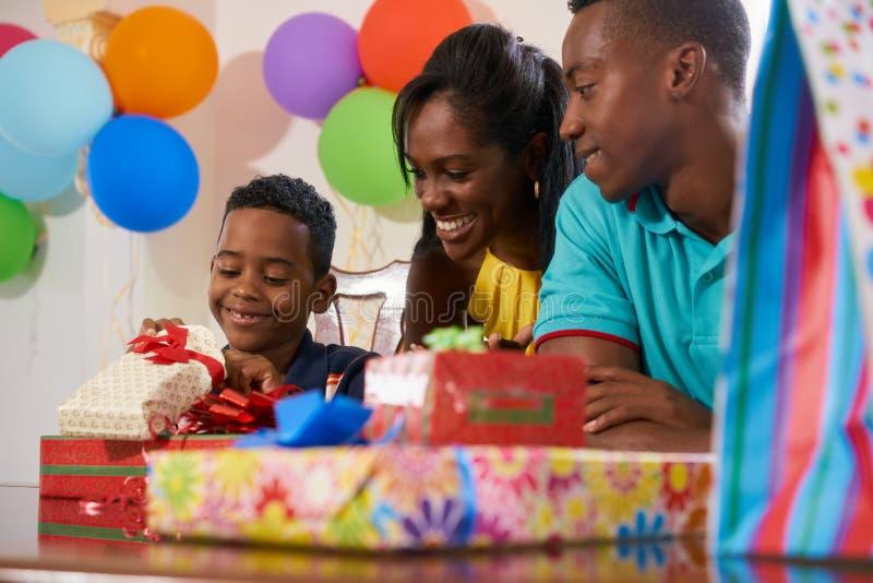 Födelsedagparti hemma med svart fira för mammafarsason arkivfoton