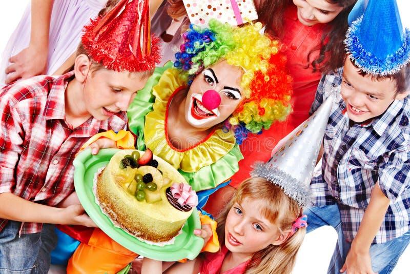Födelsedagpartigrupp av barnet med tårtan. arkivfoton