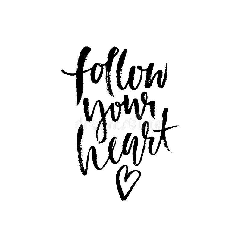 följ din hjärta Hand dragen torr borstebokstäver Färgpulverillustration Modernt kalligrafiuttryck också vektor för coreldrawillus royaltyfri illustrationer