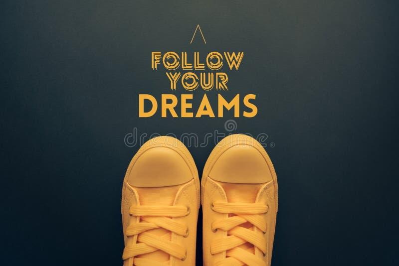 Följ ditt motivational citationstecken för drömmar arkivfoto