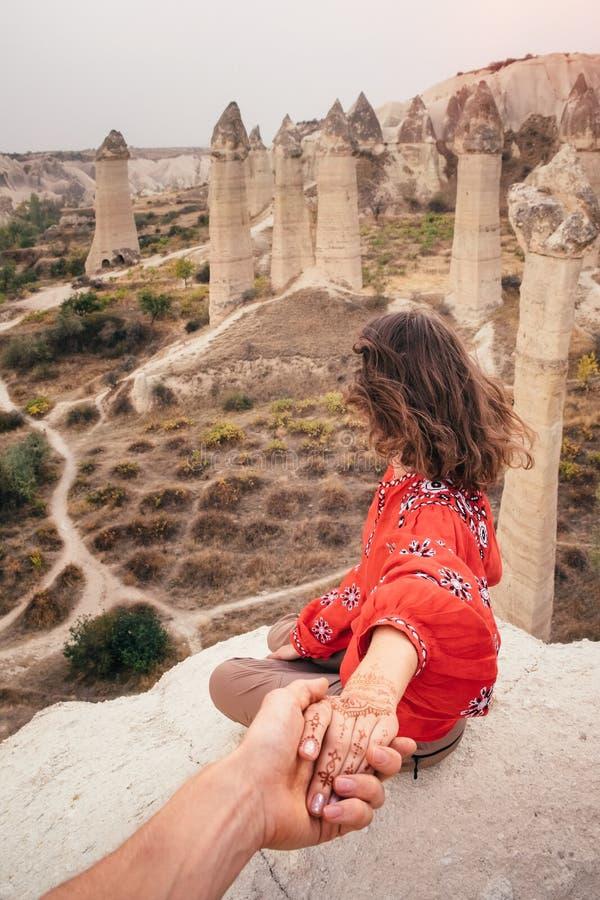 Följ mig för att resa för att älska dalkanjonen i Cappadocia, Turkiet royaltyfri fotografi
