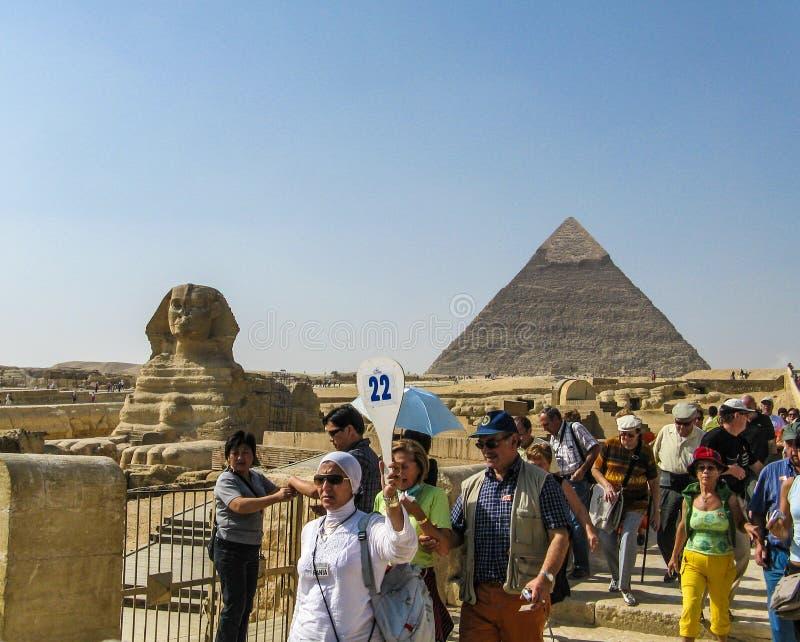 följande giza handbok turnerar turister arkivfoto