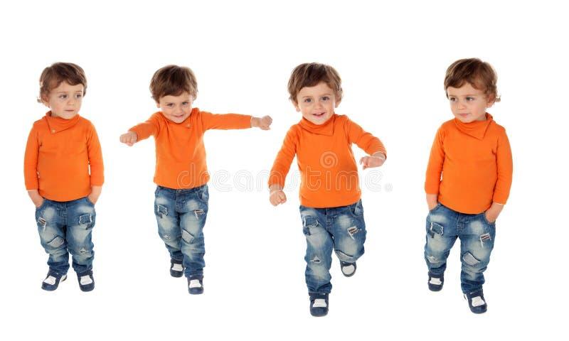 Följd av fyra aktiva barn arkivbilder