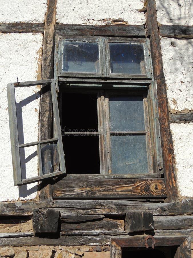 Fönster av den förstörda stugan arkivfoto