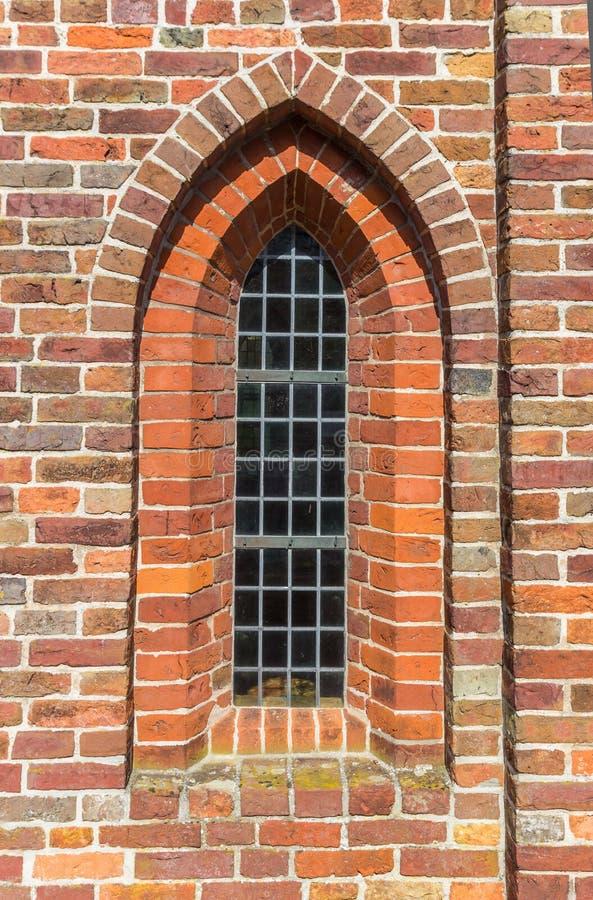 Fönster av den medeltida kyrkan av Aduard arkivfoto
