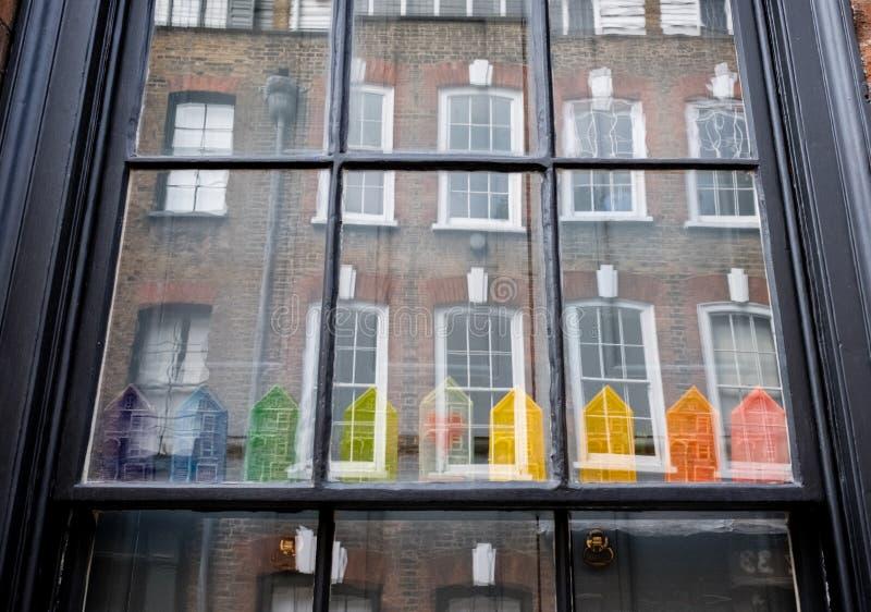 Fönster av det traditionella Huguenot huset för vävare` s på den Princelet gatan, Spitalfields och att visa reflexion och besynne arkivfoto