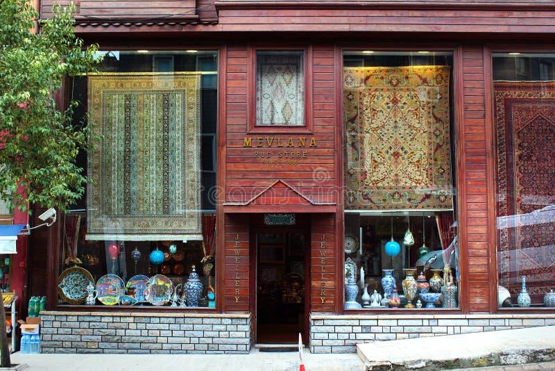 Fönster av ett filtlager i Istanbul, Turkiet royaltyfri bild