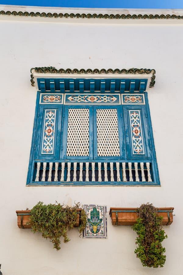 Fönster av ett tunisian hus arkivbild