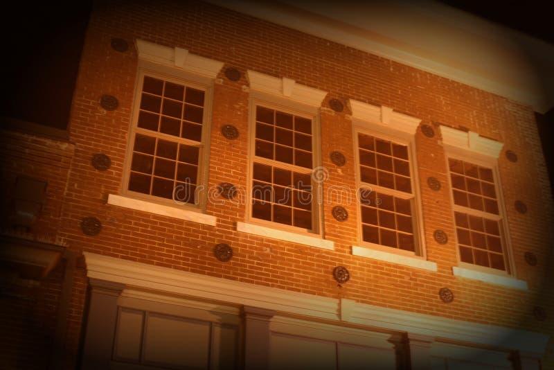 Fönster för andra golv på historisk tegelstenbyggnad royaltyfri foto