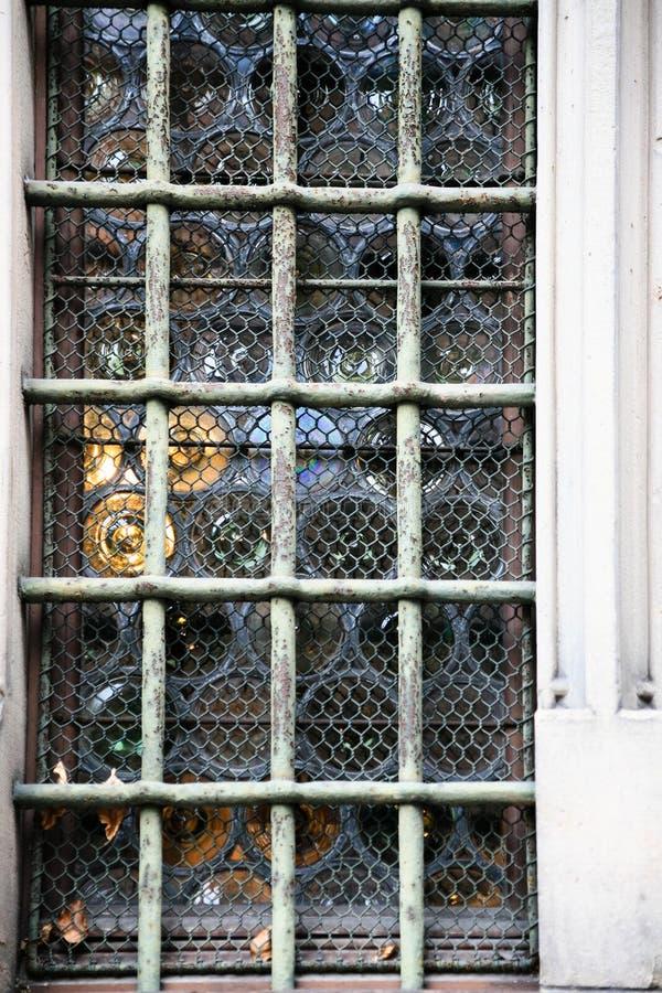 fönster för flaskexponeringsglas (kronaexponeringsglas) i Strasbourg royaltyfria foton