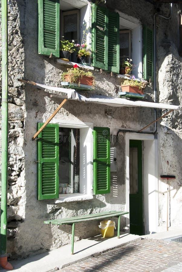 fönster för grönt hus för facade gammala royaltyfri fotografi