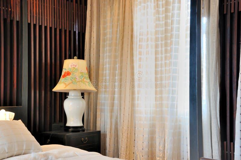 fönster för interior för sovrumgardingarnering arkivfoton
