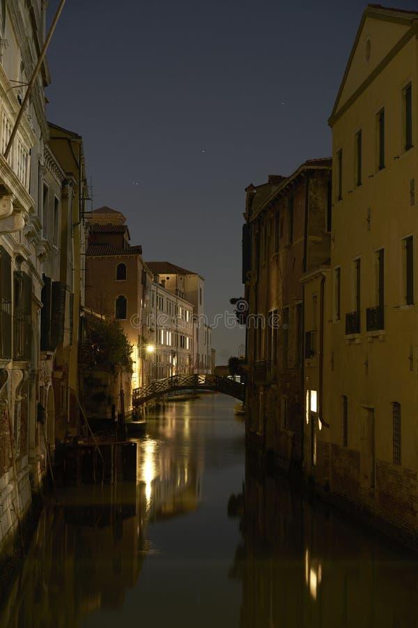 Fönster för ljus för nattskottkanal royaltyfria bilder