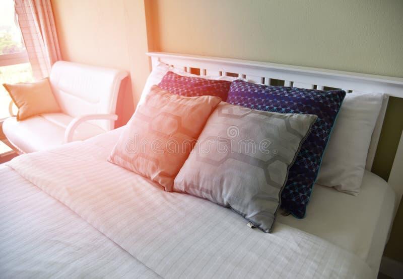 Fönster för ljus för säng- och kuddesovrummorgon arkivfoton