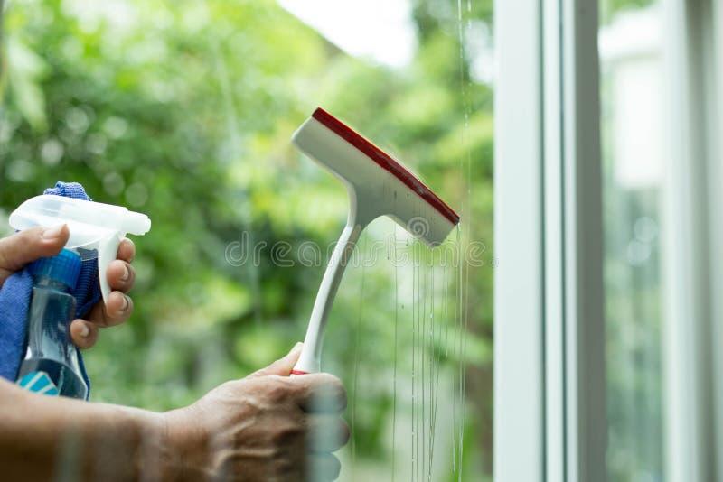 Fönster för lokalvård för handinnehavborste med sprejtvättmedel arkivbild