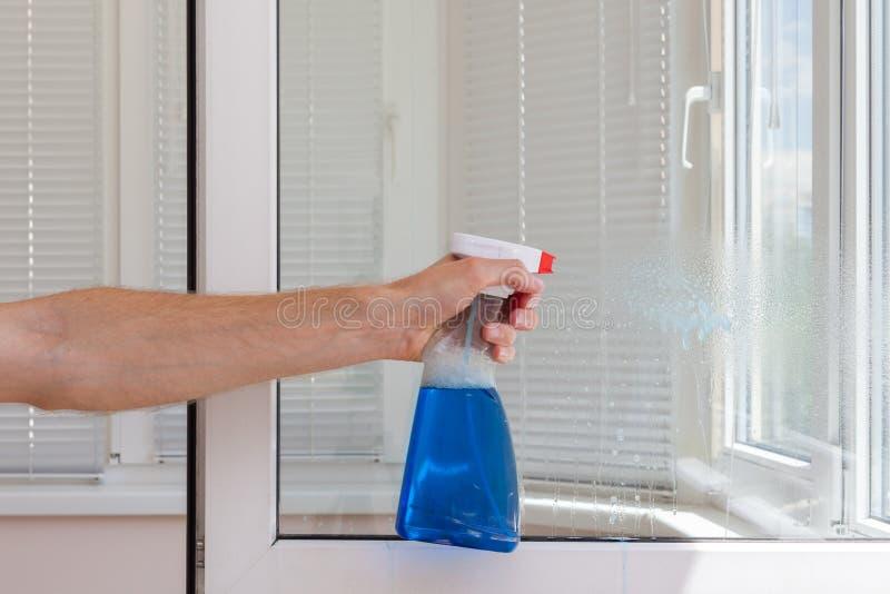 Fönster för pvc för Houseworker rengöring plast- med tvättmedel royaltyfri bild