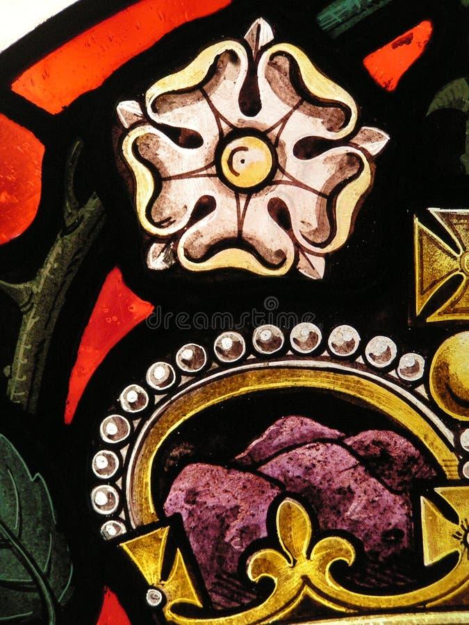 fönster för rose för kronaexponeringsglas nedfläckadt royaltyfria bilder