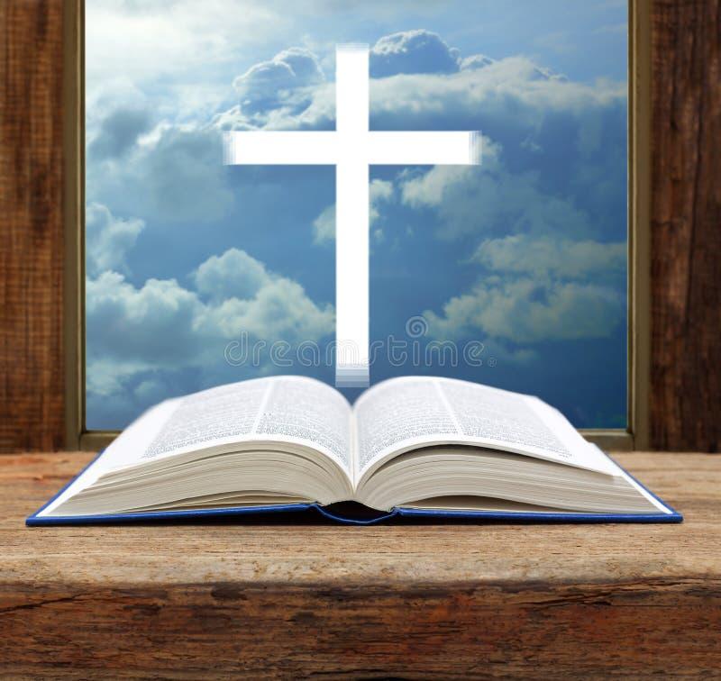 Fönster för sikt för himmel för bibelkristenkors öppet stormigt royaltyfri foto