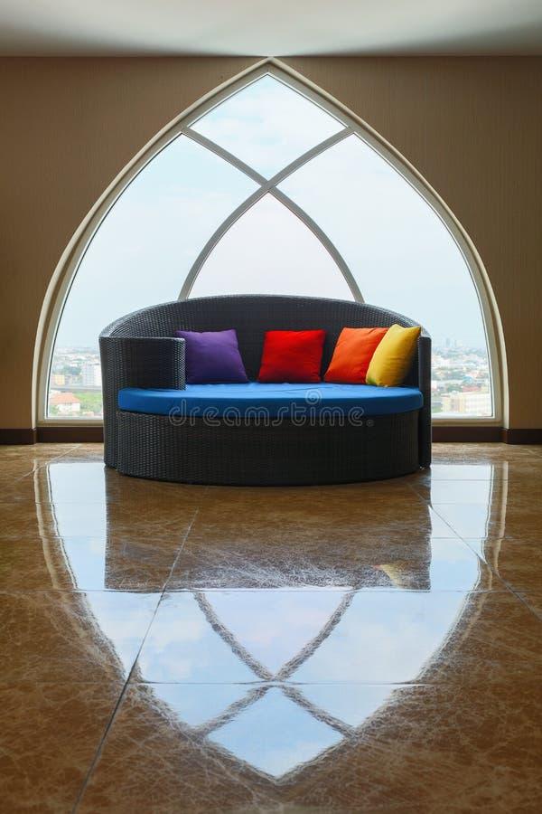 fönster för soffasäng och takfönster arkivbilder