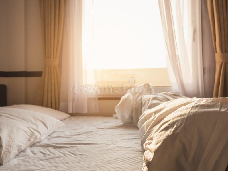Fönster för sovrum för madrass för sängkuddar ogjort i morgon royaltyfri bild