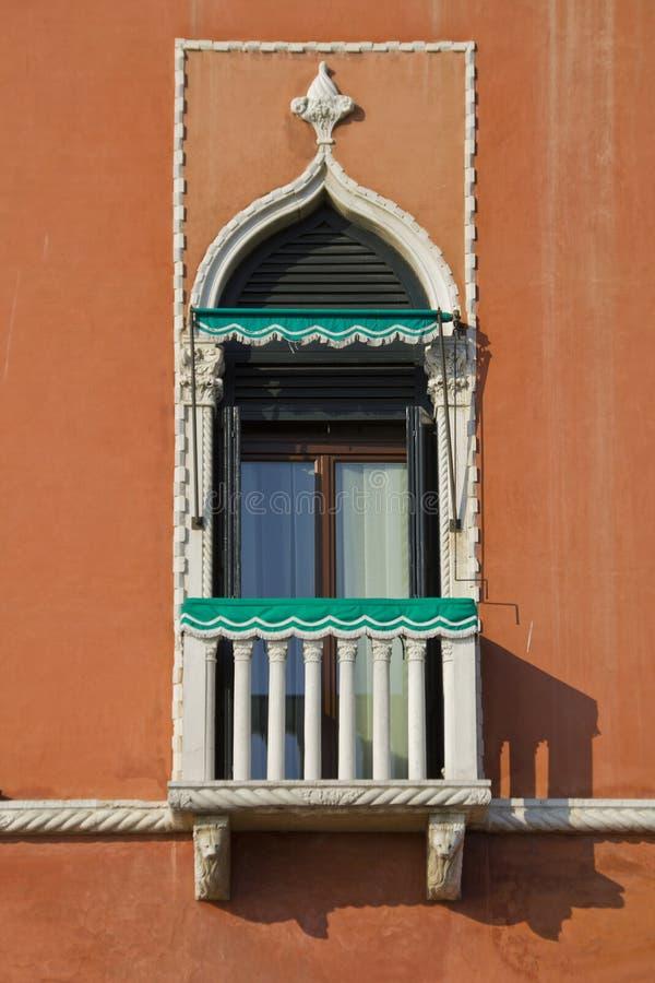 Fönster från Venedig, Italien royaltyfria bilder