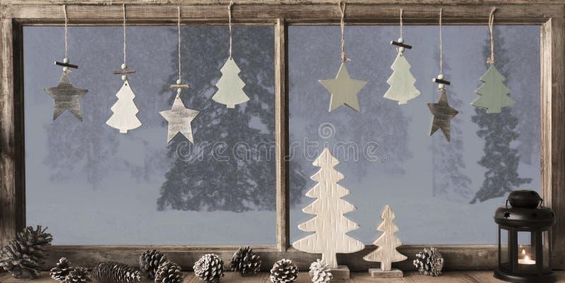Fönster Grey Winter Landscape, julgran royaltyfria foton