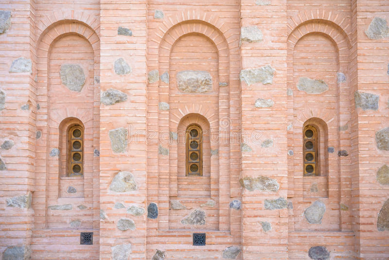 Fönster i den forntida stenväggen royaltyfria foton