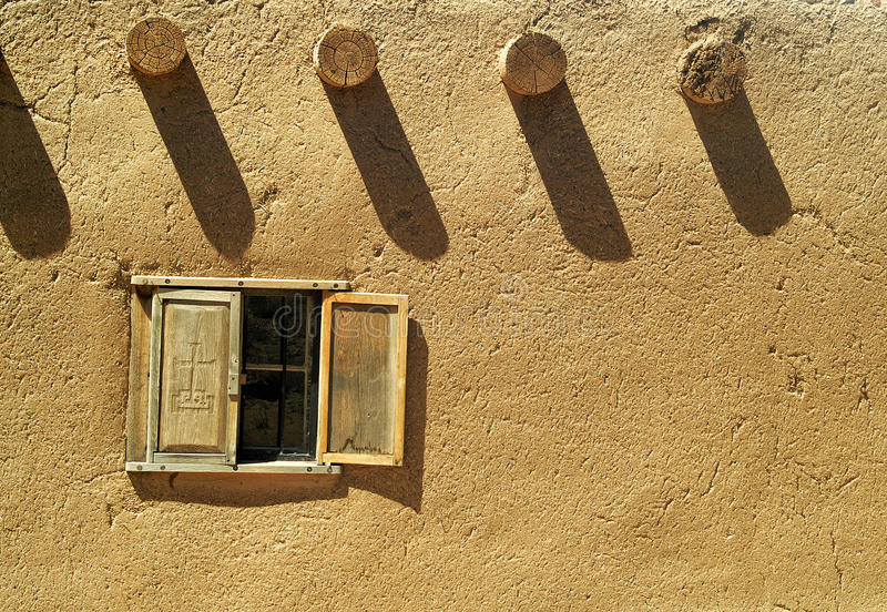 Fönster i en Adobebyggnad arkivfoto