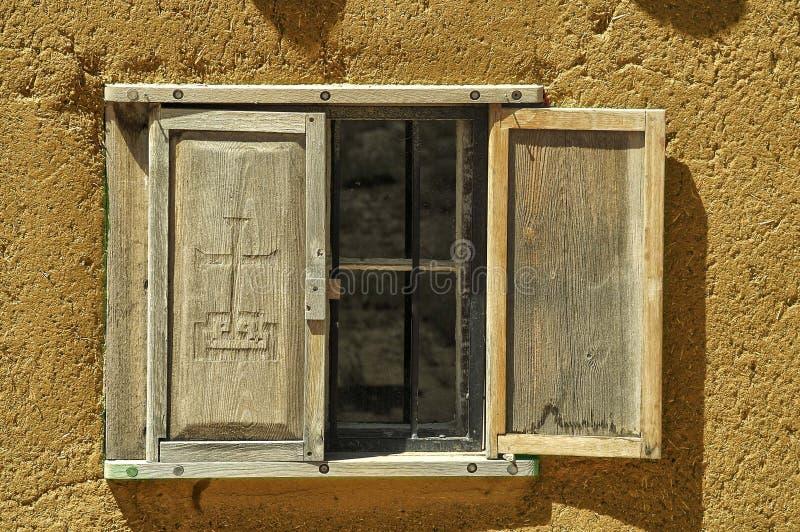 Fönster i en Adobebyggnad fotografering för bildbyråer