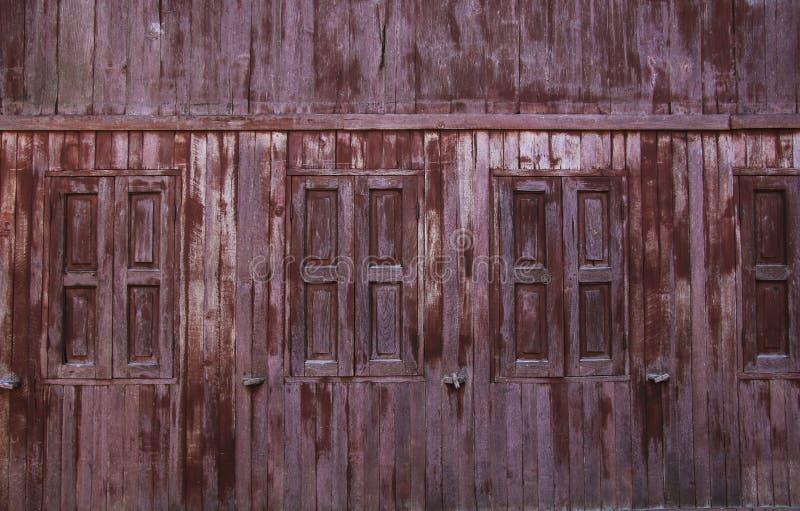 Fönster i ett gammalt trähus arkivbild
