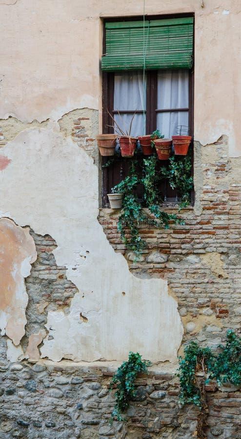 Fönster i gammal spanjorstenbyggnad fotografering för bildbyråer