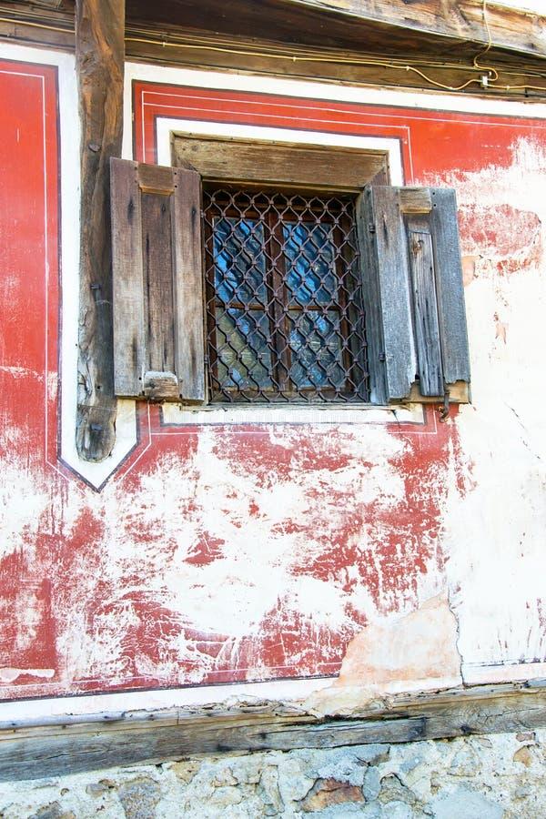 Fönster i gammalt traditionellt bulgarian hus royaltyfri foto