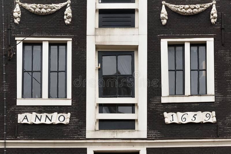 Fönster i handelshus royaltyfria foton
