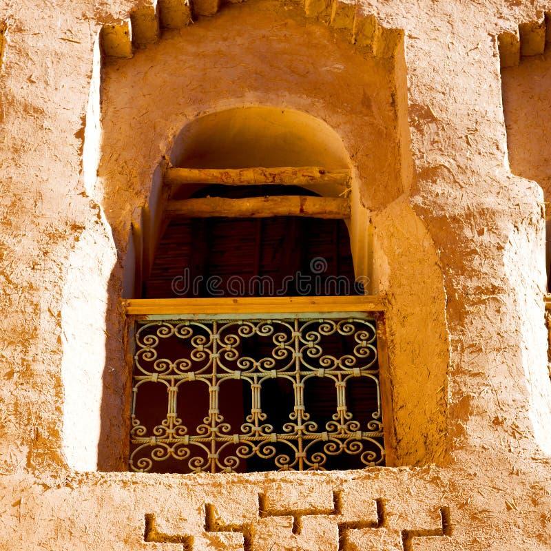 fönster i Marocko africa gammal konstruktion och bruntvägg royaltyfri fotografi
