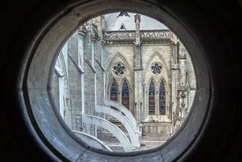 Fönster i Quitobasilika arkivfoto