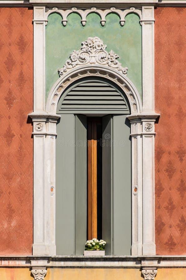 Fönster i Venetian gotisk stil arkivfoton
