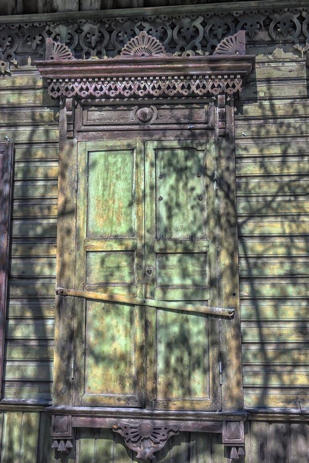 Fönster med att snida arkitrav och stängda slutare royaltyfri bild