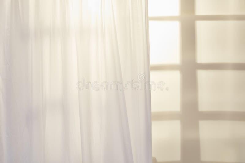 Fönster med den vita gardinen royaltyfri foto