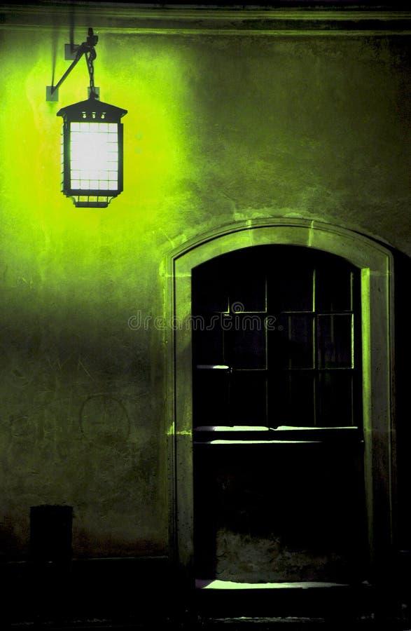 Fönster med en grön lampa arkivbild
