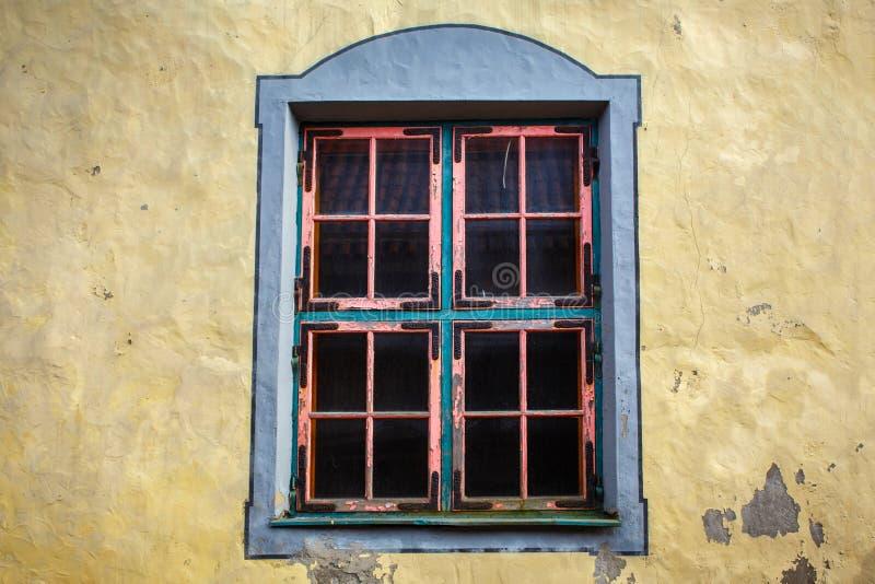 Fönster med en rosa ram i väggen royaltyfri foto