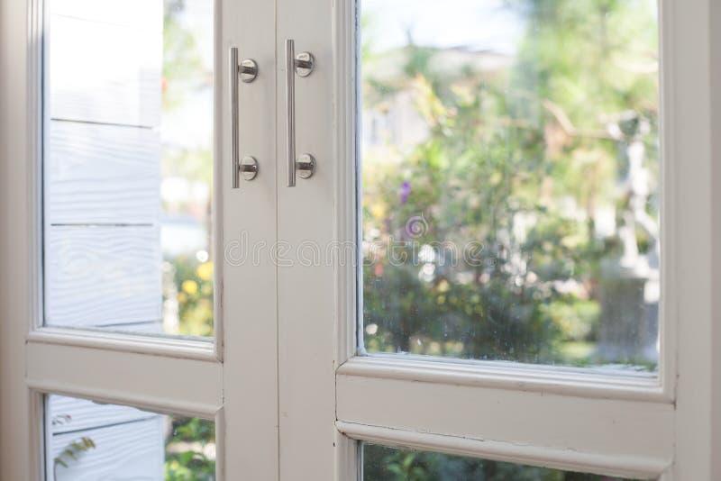 Fönster med en trädgård arkivbild
