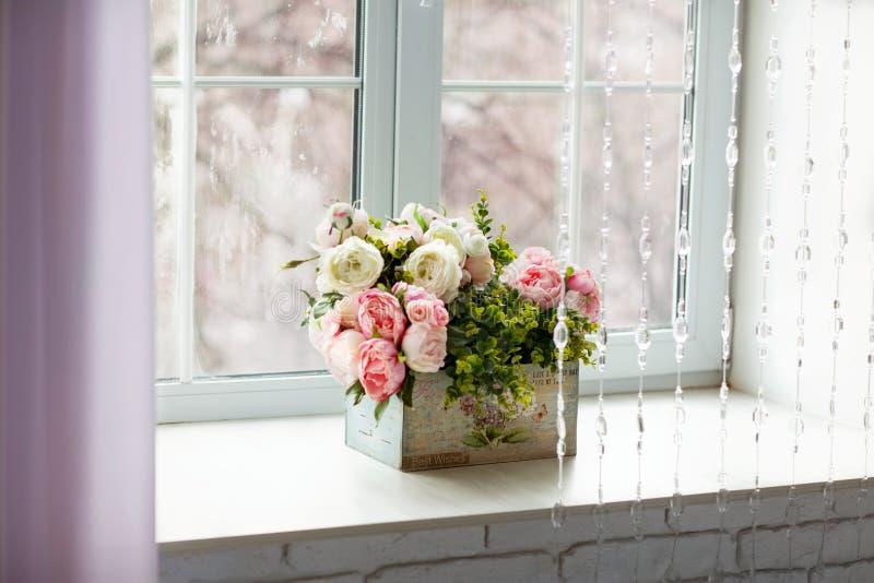 Fönster med gardiner och blommor arkivbild