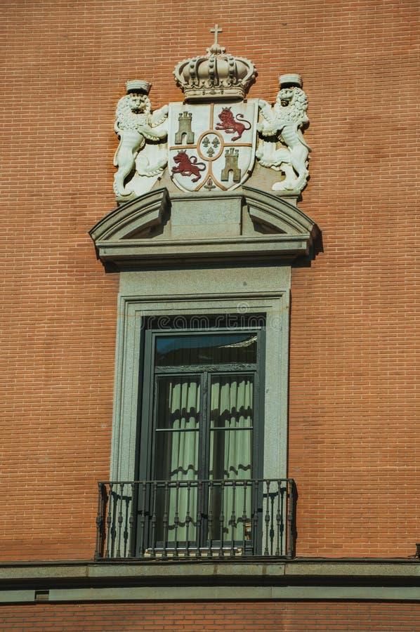 Fönster med lyxig garnering på tegelstenfasad i Madrid arkivfoton