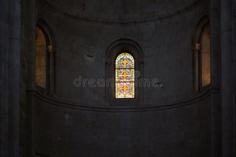 Fönster med målat glassfönster i en kyrka royaltyfria bilder