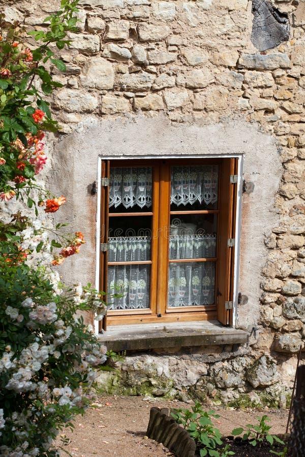 Fönster med röda rosor royaltyfria foton